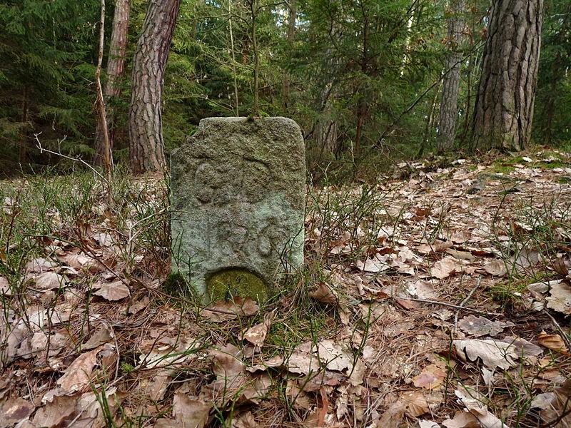 800px-Branišovský_les,_patník_02